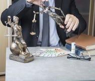 Estátua de justiça Themis com euro e dólares do dinheiro Subôrno e conceito do crime Fotos de Stock