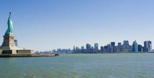 Estátua de liberdade & de Manhattan imagem de stock