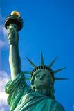 Estátua de liberdade de encontro ao céu azul imagem de stock