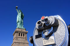 Estátua de liberdade e de binóculos imagem de stock