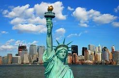 A estátua de liberdade e de skyline de Manhattan imagens de stock
