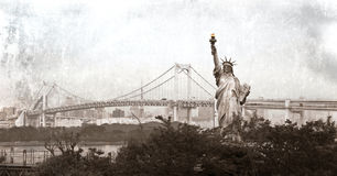Estátua de liberdade e de uma ponte do arco-íris Imagem de Stock