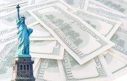 Estátua de liberdade em 100 fundo dos dólares americanos Imagens de Stock Royalty Free