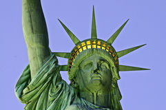 Estátua de liberdade na opinião do frontal do crepúsculo Fotografia de Stock