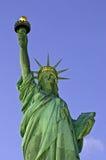 Estátua de liberdade na opinião do frontal do crepúsculo Imagens de Stock Royalty Free