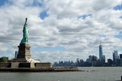 Estátua de liberdade & de por do sol de New York City fotos de stock