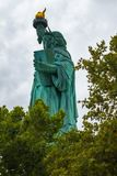 A estátua de Liberty Back View imagens de stock royalty free