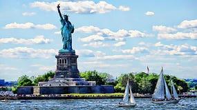 Estátua de Liberty And Sailing imagens de stock