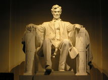 Estátua de Lincoln na edição Widescreen da noite imagens de stock royalty free