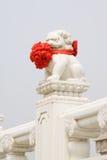 Estátua de mármore branca dos leões de pedra materiais, traditi chinês Imagem de Stock Royalty Free