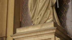 Estátua de mármore de Cristo que está na arcada do parque do cemitério de Mirogoj, religião video estoque
