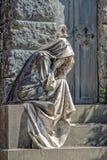 Estátua de mármore da viúva fora de um túmulo imagem de stock