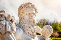 Estátua de mármore do deus grego com cornucópia em suas mãos fotos de stock