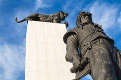 Estátua de M r Stefanik e um leão fotos de stock