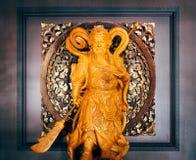 Estátua de madeira chinesa do deus de Kuan Yu com backround quadrado Imagens de Stock Royalty Free