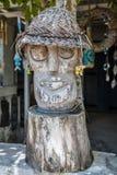 Estátua de madeira cinzelada perto de uma casa local, Nusa Lembongan, Indonésia Fotos de Stock Royalty Free
