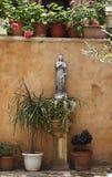Estátua de Mary santamente e de anjos pequenos em seus pés. Fotos de Stock Royalty Free