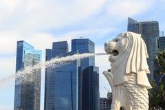 Estátua de Merlion e skyline de Singapura Fotografia de Stock Royalty Free