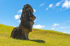 Estátua de Moai em Rano Raraku, Ilha de Páscoa, o Chile fotos de stock