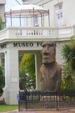 Estátua de Moai na parte dianteira de Museo Fonck em Vina Del Mar, o Chile Fotografia de Stock Royalty Free