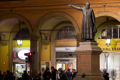 Estátua de Padre Ugo Bassi na Bolonha, Italia fotos de stock royalty free