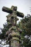 Estátua de pedra antiga com figura arruinada de jesus christ Escultura religiosa medieval Cruz velha com figura do musgo e do jes fotos de stock