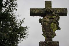 Estátua de pedra antiga com Virgem Maria e figuras arruinadas de jesus christ Cruz velha com a mãe do deus e de figuras de morte  fotos de stock royalty free