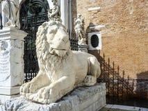 Estátua de pedra antiga do leão nas portas do arsenal, Veneza Fotografia de Stock Royalty Free