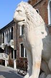 Estátua de pedra antiga do leão nas portas do arsenal, Veneza, Itália Imagem de Stock