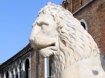 Estátua de pedra antiga do leão nas portas do arsenal, Veneza, Itália Foto de Stock