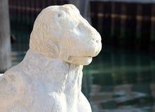 Estátua de pedra antiga do leão nas portas do arsenal, Veneza, Itália Imagens de Stock