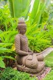 Estátua de pedra da Buda & x28; style& indonésio x29; no jardim Imagens de Stock
