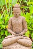 Estátua de pedra da Buda & x28; style& indonésio x29; no jardim Fotos de Stock Royalty Free