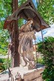 Estátua de pedra do coração sagrado de Jesus em uma rua da cidade Cesky Krumlov Rep?blica Checa fotos de stock