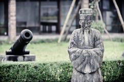 Estátua de pedra do sábio chinês velho na roupa tradicional Imagens de Stock Royalty Free