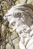 Estátua de pedra exterior do ancião com barba e chapéu foto de stock