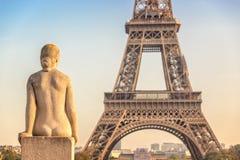 Estátua de pedra no jardim de Trocadero, torre Eiffel da mulher, Paris França fotos de stock