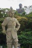 Estátua de pedra pequena com a estátua de bronze grande da Buda Fotos de Stock