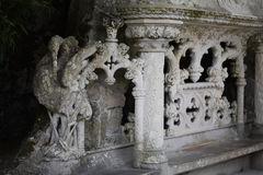 Estátua de pedra velha da garça-real no estilo do manueline, Quinta da Regaleira Palace em Sintra, Portugal Fotografia de Stock