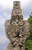Estátua de pedra - Vishnu assentado em Garuda Fotos de Stock