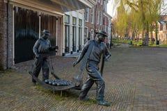 Estátua de portadores do queijo no mercado de Edam, Países Baixos do queijo do ex-funcionário fotos de stock