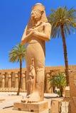 Estátua de Ramesses II no templo de Karnak imagens de stock
