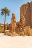 Estátua de Ramesses II no templo de Karnak fotos de stock