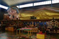 Estátua de reclinação de Buddha Imagem de Stock Royalty Free