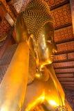 Estátua de reclinação do ouro da Buda, Wat Pho, Banguecoque, Tailândia Fotografia de Stock Royalty Free
