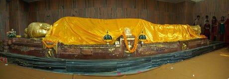 Estátua de reclinação do ouro de Buddha Fotografia de Stock Royalty Free