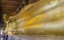 Estátua de reclinação do ouro de Buddha Wat Pho, Banguecoque Fotografia de Stock