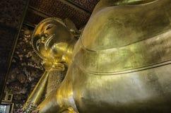 Estátua de reclinação do ouro de Buddha Wat Pho, Banguecoque Foto de Stock