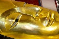 Estátua de reclinação grande de buddha no ubosot em Wat Phra Non Chakkrasi Worawihan na cidade de Singburi de Sing Buri, Tailândi fotografia de stock