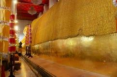 Estátua de reclinação grande de buddha no ubosot em Wat Phra Non Chakkrasi Worawihan na cidade de Singburi de Sing Buri, Tailândi imagens de stock royalty free